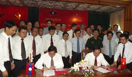 Talks on the cooperation agreement in the period of 2015-2017 between industry and trade departments of Quang Tri and Savanakhet